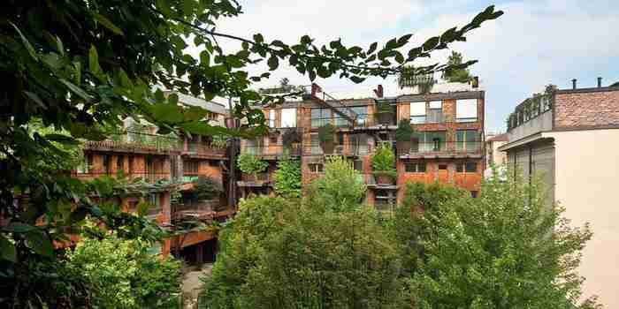 Η αφθονία της χλωρίδας γύρω από το κτίριο δεν διατηρεί μόνο πιο καθαρό τον αέρα της πόλης αλλά απομονώνει και τους ενοίκους από την φασαρία της πόλης