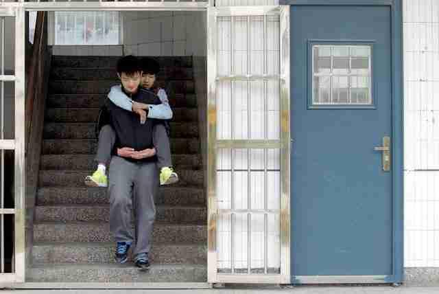 Ο φίλος του, ο 19χρονος Zhang Chi, πάσχει από μυϊκή δυστροφία, μια ασθένεια που οδηγεί σε προοδευτική αδυναμία των σκελετικών μυών και, ενδεχομένως, σύντομη διάρκεια ζωής.