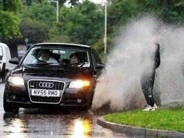 Όταν απλά στέκεσαι στην άκρη του δρόμου μια βροχερή μέρα. Σε πόσους από εσάς δεν έχει συμβεί το ίδιο;