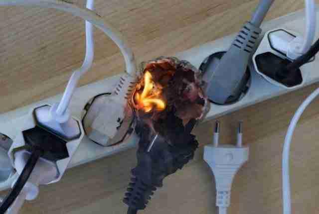 Ο άνθρωπος που μύριζε κάτι άσχημο μέχρι που συνειδητοποίησε ότι κάτι καίγεται!
