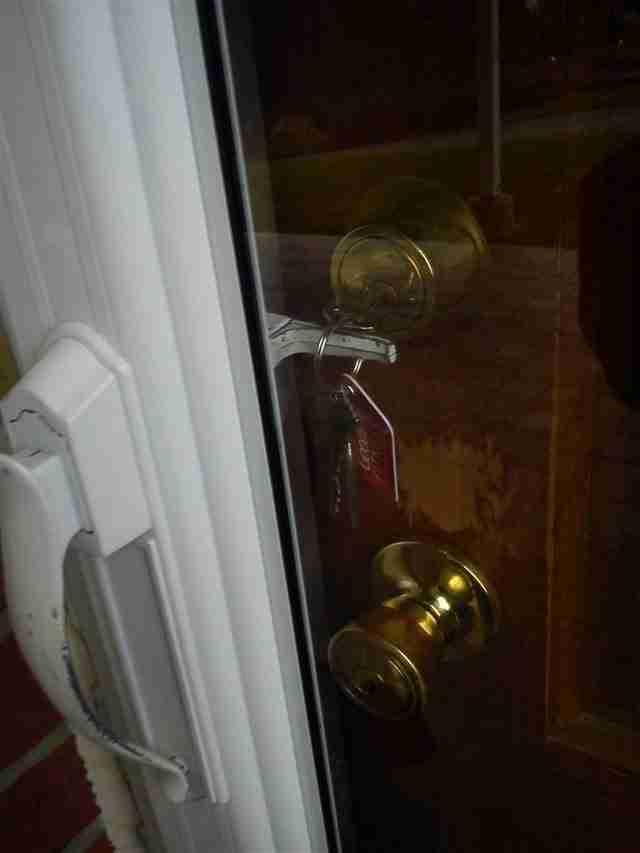 Όταν θυμάσαι ότι ξέχασες τα κλειδιά σου στην πόρτα και όταν πας να τα πάρεις αντικρίζεις αυτή την εικόνα
