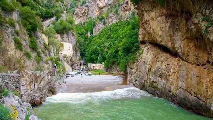 Φουρόρε (Furore) είναι ένα μικρό χωριό που βρίσκεται στην Ακτή του Αμάλφι,