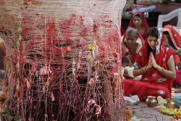 Οι καταραμένες σύζυγοι των δέντρων στην Ινδία