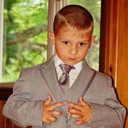 Αυτός είναι ο μικρούλης Κάρτερ. Δεν μοιάζει πολύ κομψός με το κοστούμι του;
