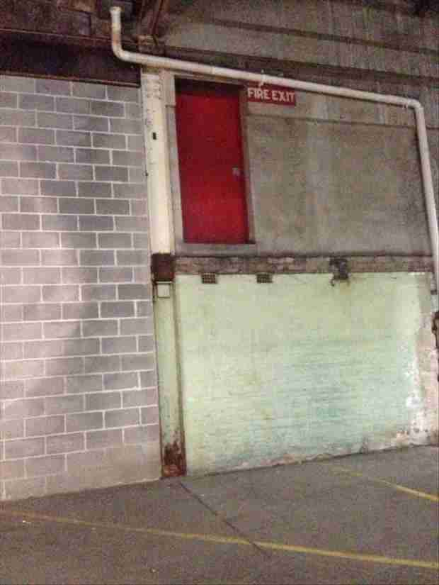 Μπορεί κάποιοι να ξεφύγουν από το φλεγόμενο κτίριο αλλά μάλλον θα υποστούν κάποιο άλλο είδους τραυματισμού.