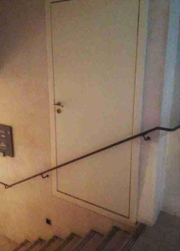 Δύσκολο να χρησιμοποιήσει κανείς αυτή την πόρτα αλλά μήπως αυτός είναι και ο σκοπός; Μήπως πίσω από την πόρτα κρύβεται κάτι που δεν πρέπει να βγει ποτέ έξω;