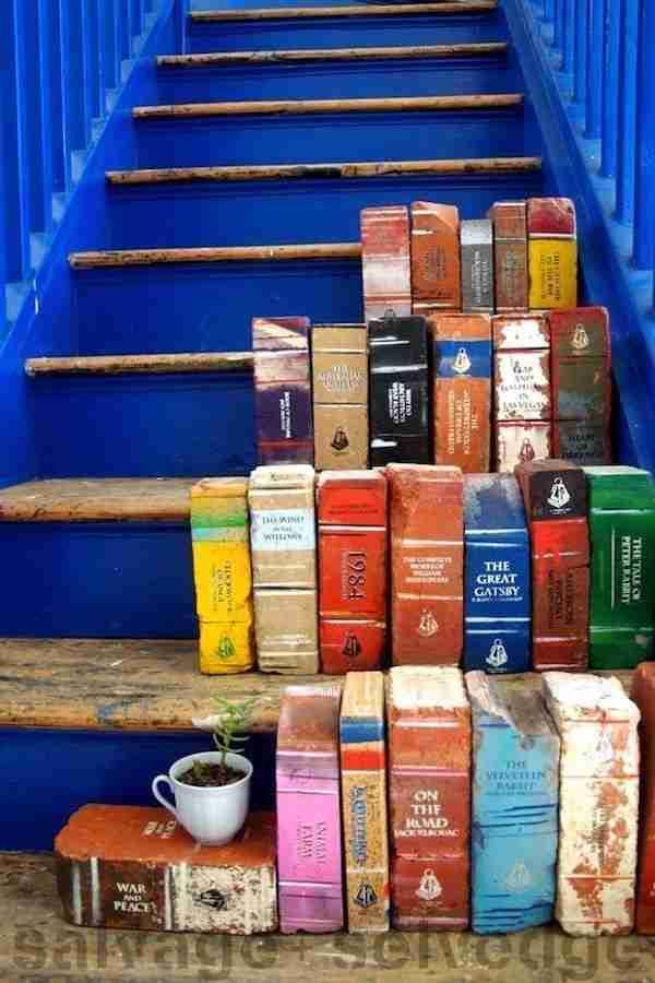 Μερικά τούβλα για μια υπαίθρια «Βιβλιοθήκη».