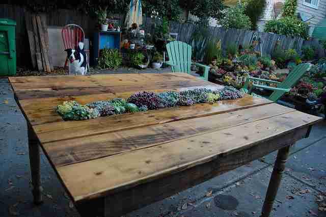 Ένα τραπέζι από παλέτες με χώρο στη μέση για μερικά όμορφα φυτά!