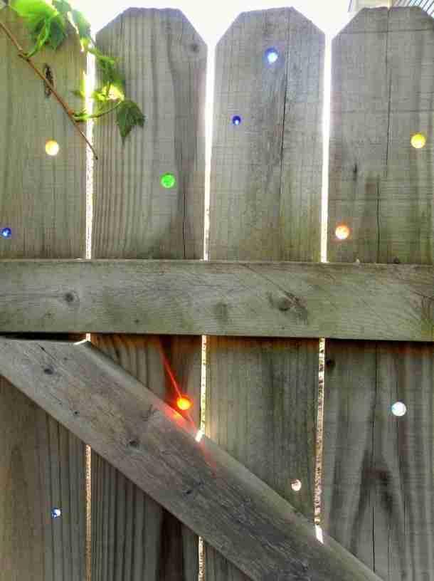 Χρωματιστές μπίλιες στον φράχτη