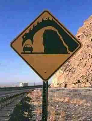 Κάθε φορά που περνάει κάποιο αυτοκίνητο από αυτό το δρόμο, ξεπηδά ένας δράκος και το καταβροχθίζει! Το λέει και η πινακίδα!