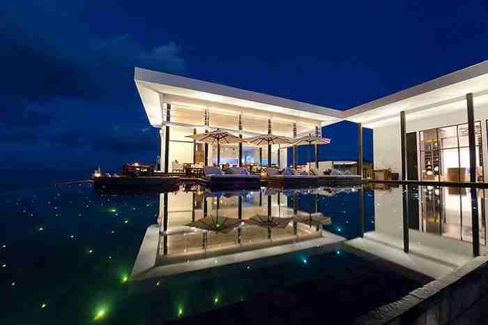 Η έναστρη πισίνα στο θέρετρο Jumeirah Dhevanafushi στις Μαλδίβες
