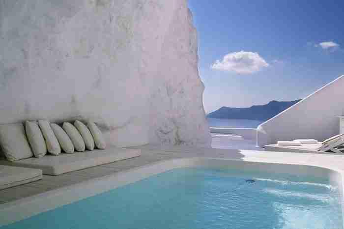 Η πισίνα του ξενοδοχείου Katikies στη Σαντορίνη