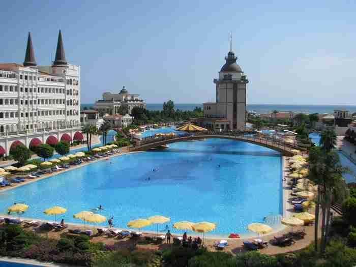 Η πισίνα του ξενοδοχείου Mardan Palace Antalya στην Τουρκία