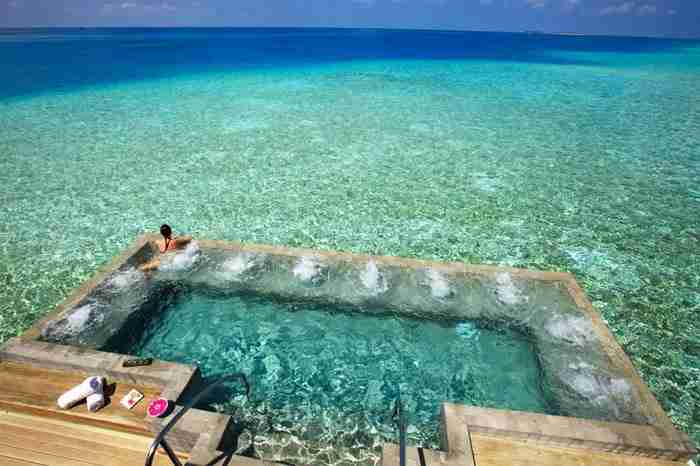 Πισίνα στο Velassaru Resort στις Μαλδίβες