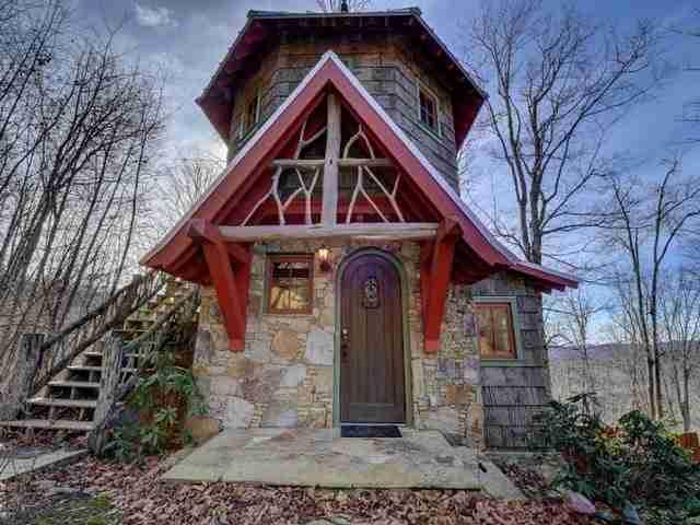 Το βέβαιο είναι ότι σε αυτό το σπίτι θα νιώσετε για λίγο ο βασιλιάς του δάσους!