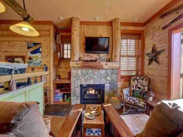 Στο κεντρικό σαλόνι, μπορείτε να περάσετε ευχάριστες στιγμές δίπλα στο τζάκι απολαμβάνοντας την αγαπημένη σας ταινία στην τηλεόραση με την επίπεδη οθόνη.