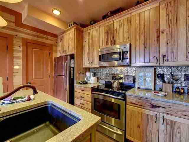 Διαθέτει μια πλήρως εξοπλισμένη κουζίνα.