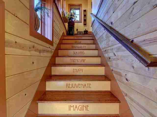 Στις σκάλες που οδηγούν στο δεύτερο και στο τρίτο πάτωμα υπάρχουν γραμμένες λέξεις που προσδιορίζουν την εμπειρία της διαμονής σε αυτή την πανέμορφη καμπίνα που έχει μεταμφιεστεί σε κάστρο.