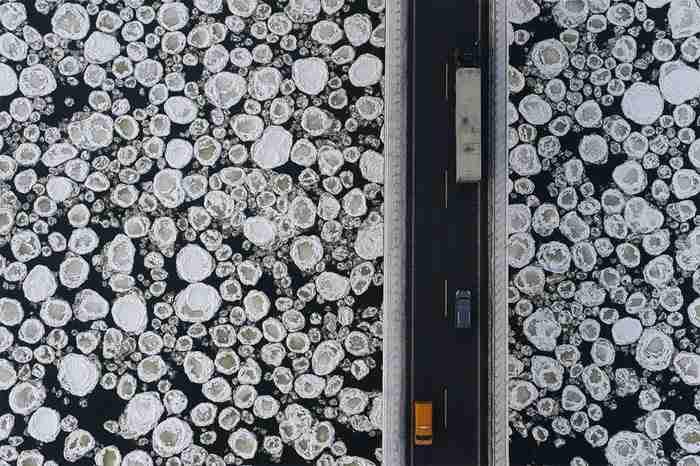 Πανοραμική θέα μιας γέφυρας. Δίπλα της τα παγωμένα νερά του ποταμού.