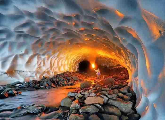 Ένα σπήλαιο πάγου δημιουργημένο από ένα ηφαίστειο.