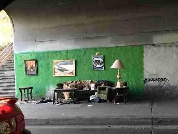Ένας άστεγος άντρας και η επική εγκατάσταση του στο Λος Άντζελες.