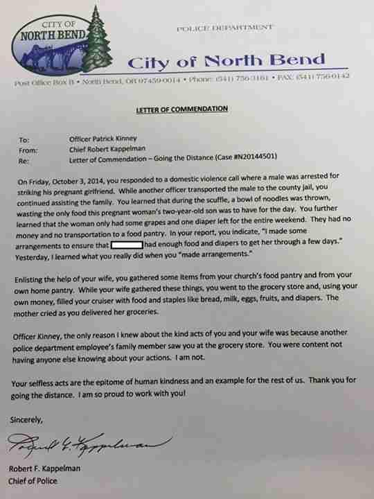 Ένας αστυνομικός απάντησε σε μια κλήση για ενδοοικογενειακή βία. Αλλά εκεί έκανε κάτι πολύ περισσότερο