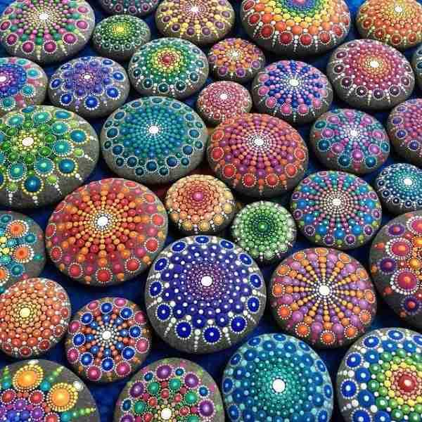 Αυστραλή καλλιτέχνης δημιουργεί εκπληκτικά έργα τέχνης ζωγραφίζοντας βότσαλα