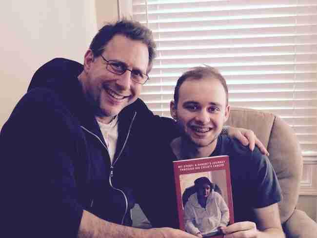 Και εδώ ποζάρει με τον μπαμπά του, ο οποίος έγραψε ένα βιβλίο για αυτό τους το ταξίδι!