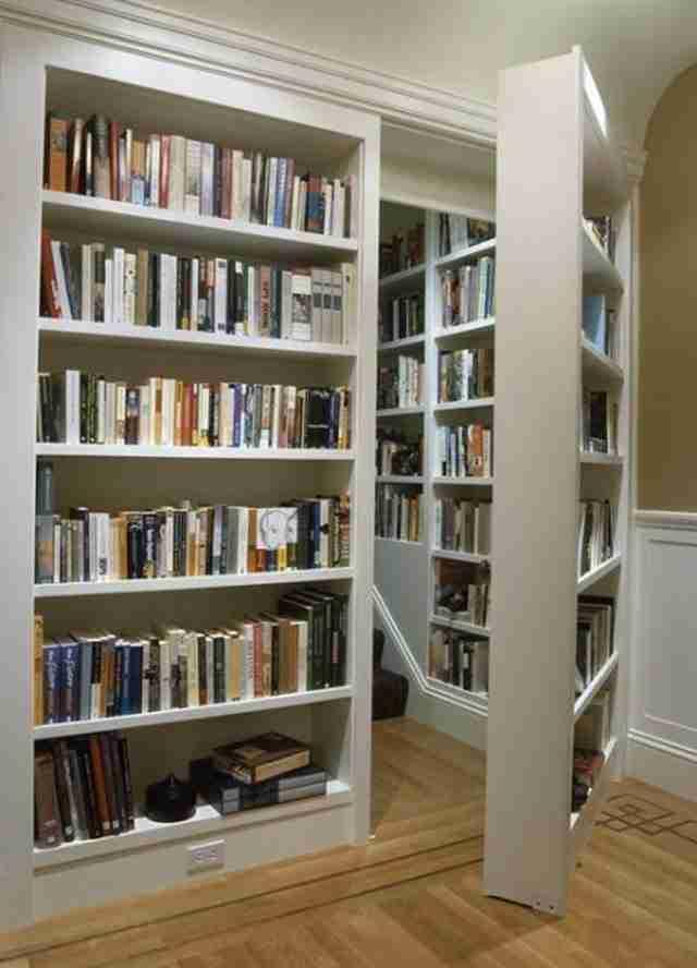 Βιβλιοθήκη που κρύβει ένα μυστικό δωμάτιο.
