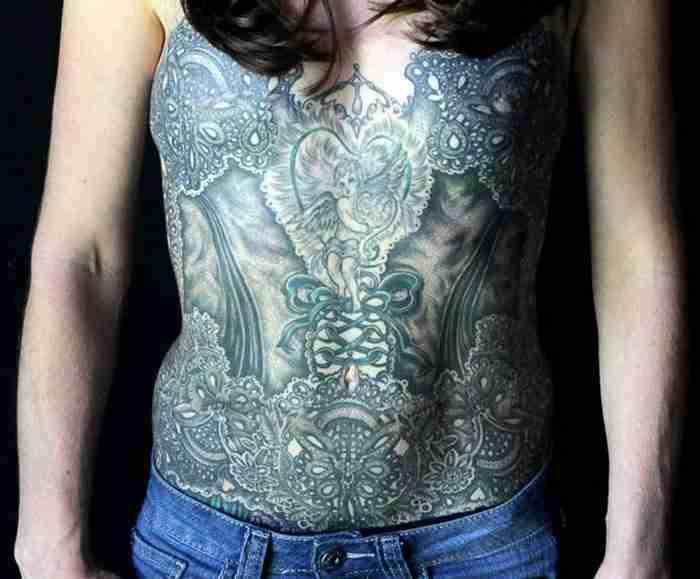 Καλλιτέχνες τατουάζ καλύπτουν τις ουλές από τη μαστεκτομή με υπέροχα τατουάζ