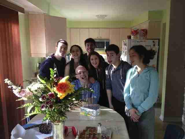 Γιορτάζοντας με φίλους και οικογένεια, είναι όλοι ευτυχείς, που επέστρεψε!