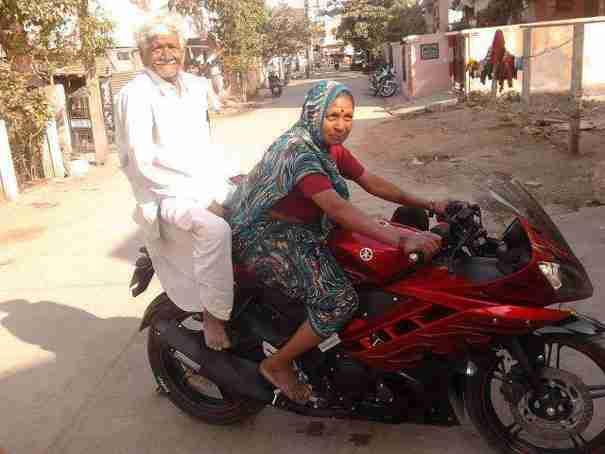 Ένα ζευγάρι ηλικιωμένων στην Ινδία με τη μοτοσυκλέτα τους..