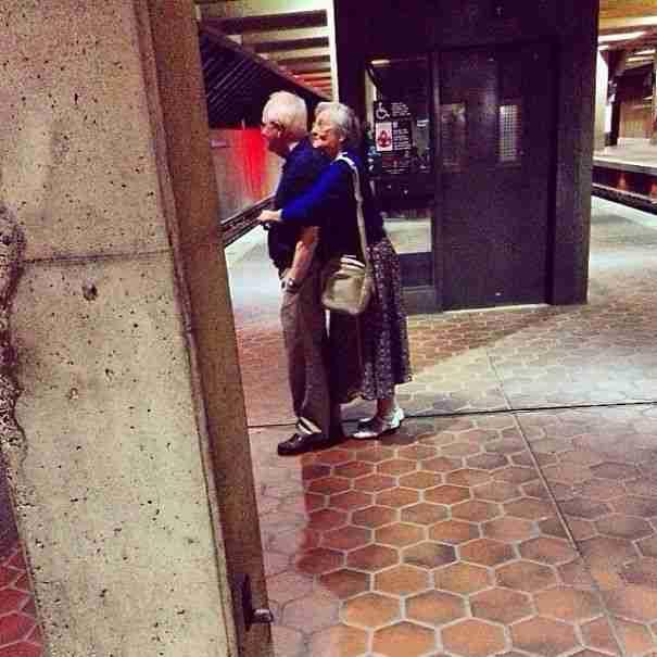 Μια τρυφερή αγκαλιά την ώρα που περιμένουν το μετρό..