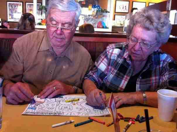 Χρωματίζουν εικόνες όσο περιμένουν στο εστιατόριο το φαγητό τους..