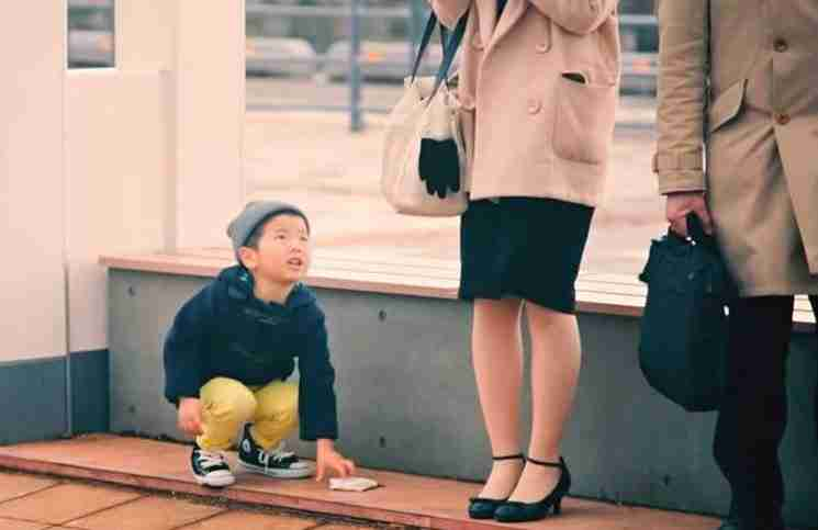 Η αντίδραση παιδιών που βλέπουν ξένα πορτοφόλια αποδεικνύει ότι οι άνθρωποι γεννιούνται καλοί