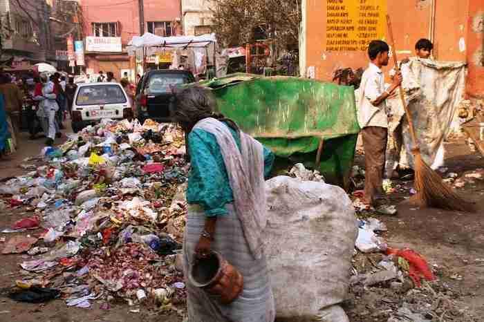 Αντί για κάδους απορριμάτων οι Ινδοί πολλές φορές απλά πετούν τα σκουπίδια τους στο δρόμο. Νέο Δελχί, Ινδία