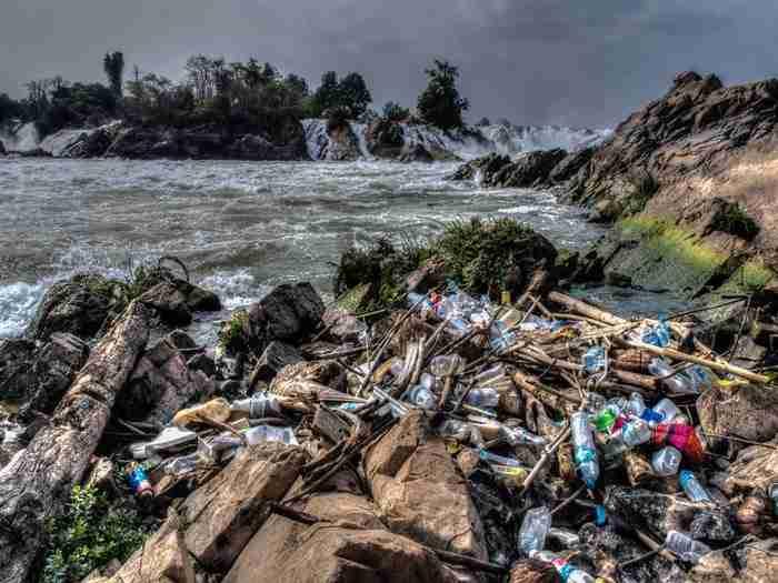 Σκουπίδια που ξέβρασε η θάλασσα. Μεκόνγκ, Λάος