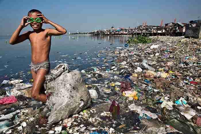 Ένας δύτης που βουτάει σε μια θάλασσα από πλαστικό