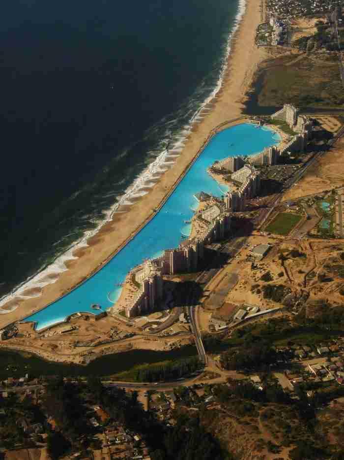 Το νερό αντλείται, φιλτράρεται και διοχετεύεται στην πισίνα από τον Ειρηνικό Ωκεανό.