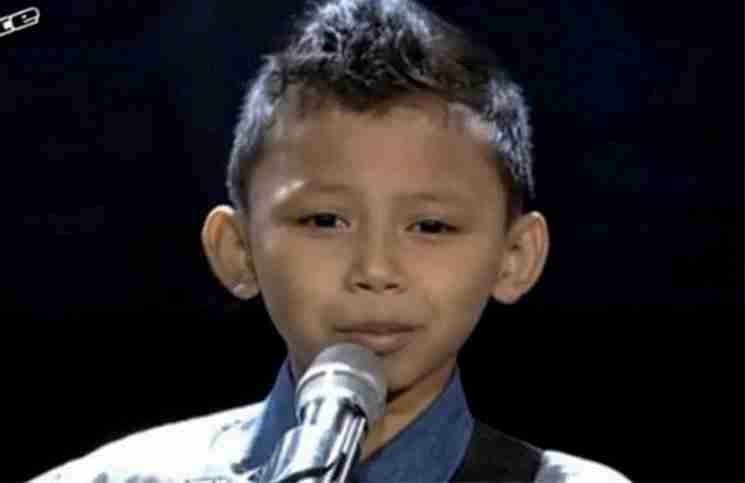 Ένας 9χρονος ανεβαίνει στη σκηνή μαζί με τη κιθάρα του. Μόλις ξεκινά να τραγουδά..