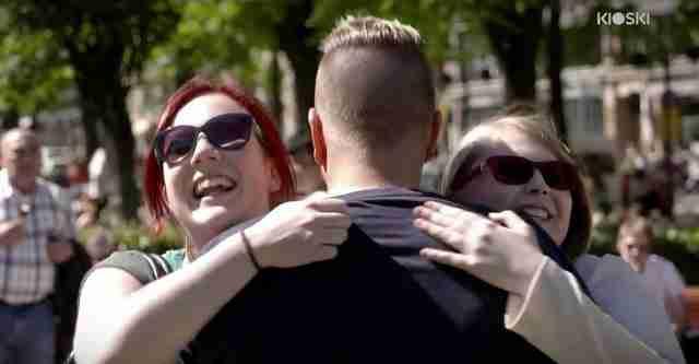 Μια μαμά τον ακούμπησε στο μπράτσο. Δυο γυναίκες τον αγκάλιασαν σφιχτά..