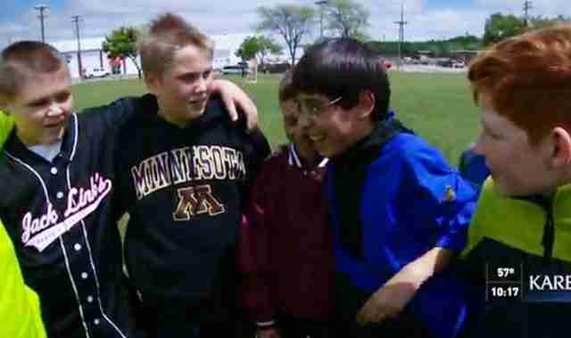 Δεν ήθελε να πάει σχολείο επειδή οι συμμαθητές του τον παρενοχλούσαν. Μέχρι που πέντε φίλοι έγιναν οι φύλακες άγγελοι του