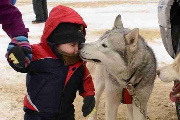 Αυτό το κορίτσι που βοηθά τον μικρό αδελφό της να ζεστάνει τη μύτη του.