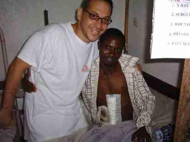 """Ο χειρουργός Δ. Γιαννούσης άφησε την """"κανονική του ζωή"""" και σώζει ζωές σ' εμπόλεμες ζώνες του πλανήτη"""
