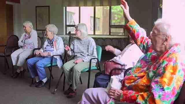 Έβαλαν παιδιά προσχολικής ηλικίας μέσα σε ένα γηροκομείο και άλλαξαν τις ζωές των ηλικιωμένων.