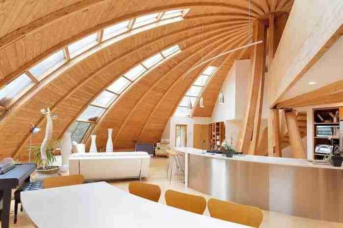 Το σπίτι είναι κατασκευασμένο από οργανικά υλικά: Κέδρο, μπαμπού και ασβεστόλιθο.