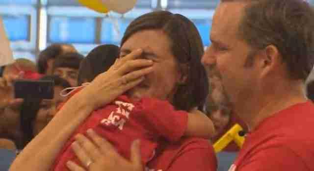 Περίμενε χρόνια για να γνωρίσει τη νέα της κόρη. Η πρώτη λέξη που άκουσε από τα χείλη της άξιζε την αναμονή.