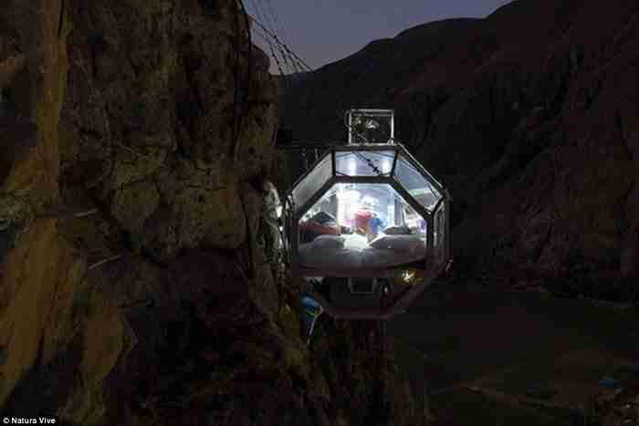 Το Skylodge αποτελείται από τρεις πολυτελείς σουίτες, στις οποίες μπορούν να φιλοξενηθούν μέχρι οχτώ ριψοκίνδυνοι επισκέπτες.