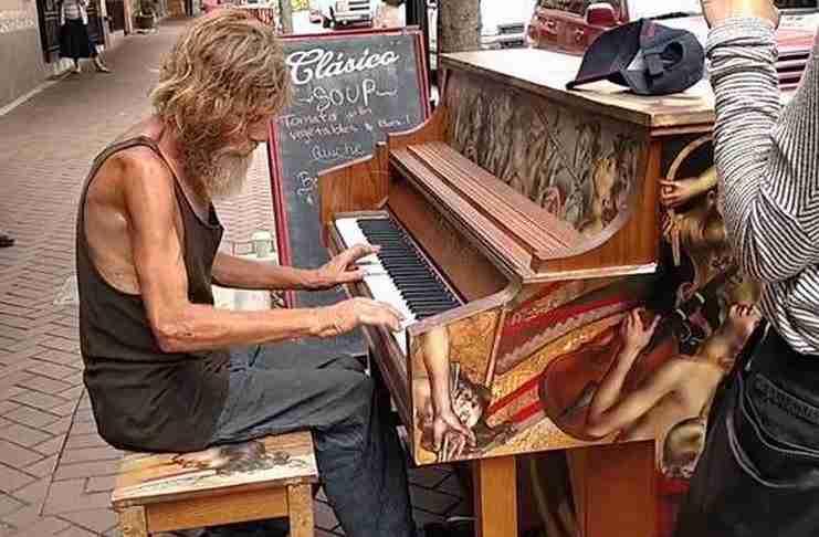 Ένας άστεγος κάθισε σε ένα πιάνο για να κερδίσει χρήματα. Τελικά κέρδισε πολλά περισσότερα