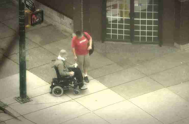 Ένας αστυνομικός ντύθηκε άστεγος και βγήκε στους δρόμους. Η αντίδραση των περαστικών; Ανεκτίμητη!